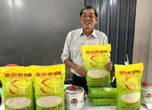 Anh hùng Lao động Hồ Quang Cua bên sản phẩm gạo ST25