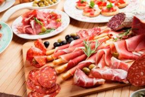 Thịt được chế biến được tạo ra với quá nhiều muối và hóa chất gây hại cho sức khỏe của chúng ta.
